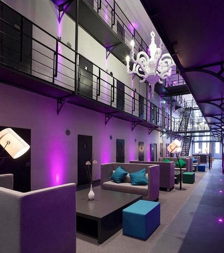 Situé dans la ville de Roermond, dans le Sud-Est des Pays-Bas, l'hôtel Het Arresthuis accueille ses clients aussi dans des espaces communs