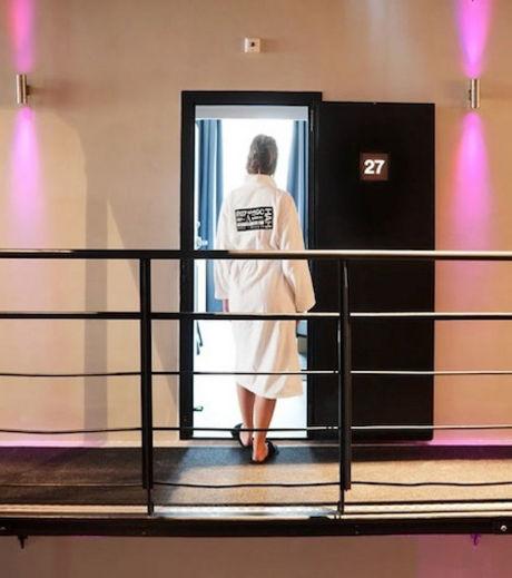 Cette femme entre dans sa chambre aux allures de cellule de prison de l'hôtel Het Arresthuis