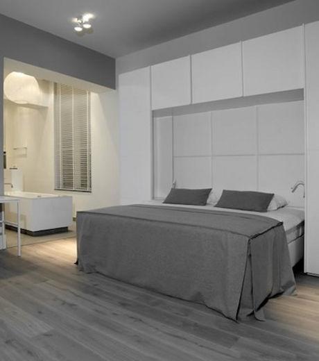 Cette chambre de l'hôtel Het Arresthuis présente une décoration très grisée